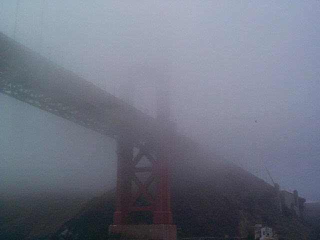 Die Golden Gate Bridge im Nebel.